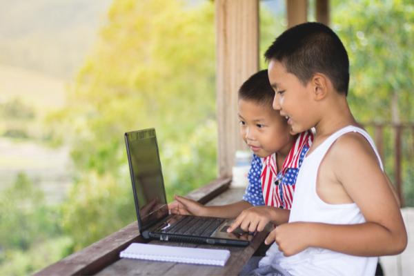 relação entre educação e acesso à internet